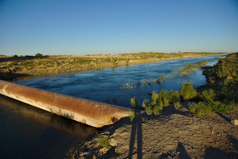 Si care e probabilitatea sa gasesti un loc de cort cu un canal cu apa curata in mijlocul desertului.