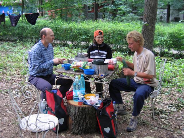 Gezamelijke maaltijd met andere fietsers op de camping in Bukarest