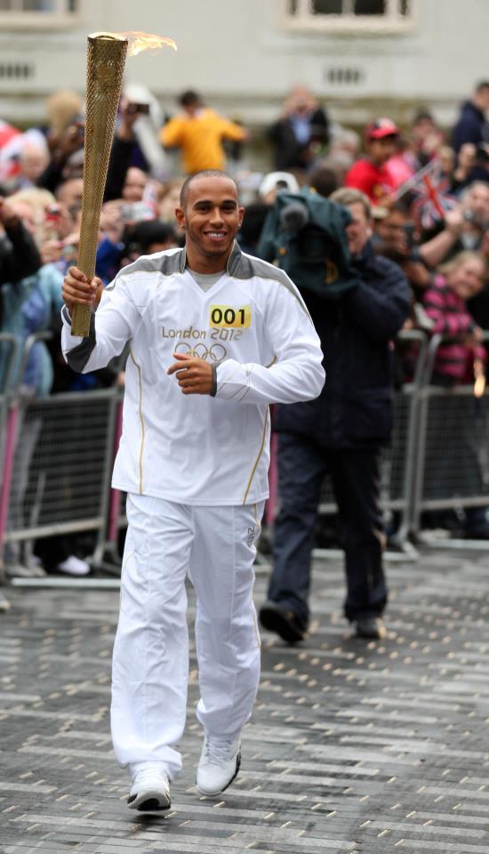 Льюис Хэмилтон бежит с Олимпийским огонем в Лутоне 9 июля 2012