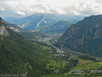 Oben bei der Montvernier-Höhenstraße. Blick hinunter ins Tal der L'Arc. In der Bildmitte der Ort Saint-Jean-de-Maurienne.