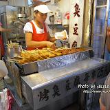 相片角落的外國人以手掩著口鼻,難道真的很臭?說真的,香港臭豆腐的氣味比台灣的還要濃烈得多。