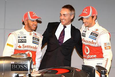 улыбающийся Мартин Уитмарш обнимает своих пилотов Льюиса Хэмилтона и Дженсона Баттона на презентации McLaren MP4-27 - 1 февраля 2012