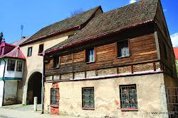 Centrum Kynšperku nad Ohří leží za dřevěnou lavkou. Ve městě je zdravotní středisko,pošta, ubytovací a stravovací služby, čerpací stanice a vlaková stanice. Za pozornost stojí prohlídka města a výlety do okolí.