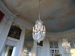 Salon de musique : pilastres, lustres et plafond