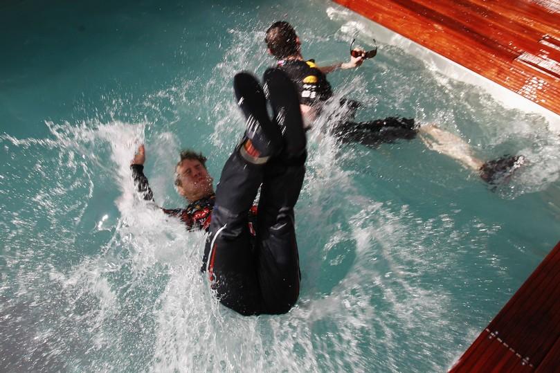Себастьян Феттель прыгает спиной в бассейн Red Bull после победы на Гран-при Монако 2011