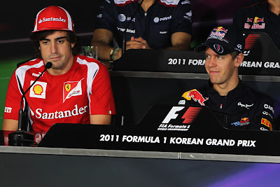 ухмыляющиеся Фернандо Алонсо и Себастьян Феттель на пресс-конференции Йонама в четверг на Гран-при Кореи 2011