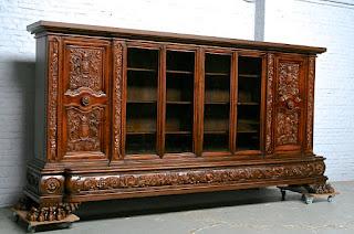 Красивый антикварный книжный шкаф.
