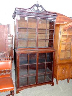 Антикварный книжный шкаф. 19-й век. Четыре стеклянные двери. 111/40/226 см. 3500 евро.
