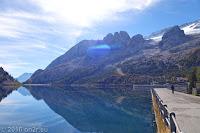 Auf dem Scheitel des Passo di Fedaia (2057m). Rechts über dem Stausees Lago di Fedaia die Flanke des Marmolata-Massivs mit einem Teil des Gletschers.