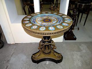 Антикварный стол с вставками из Севрского фарфора. 19-й век. Бронза, позолота, расписной Севрский фарфор. 85/75 см. 25000 евро.