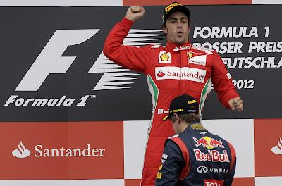 Фернандо Алонсо наслаждается победой над Себастьяном Феттелем на подиуме Гран-при Германии 2012