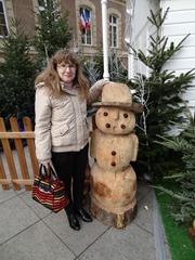 2015.12.06-002 Stéphanie et un bonhomme en bois