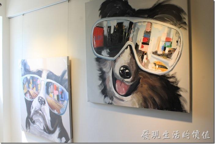 二樓的樓梯間有兩幅狗狗的掛畫,這應該是油畫吧!