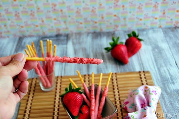 Check out how to make these Homemade Strawberry Pocky 自家製草莓百力滋   http://uTry.it