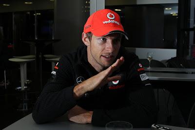 Дженсон Баттон дает интервью и жестикулирует перед Гран-при Германии 2011