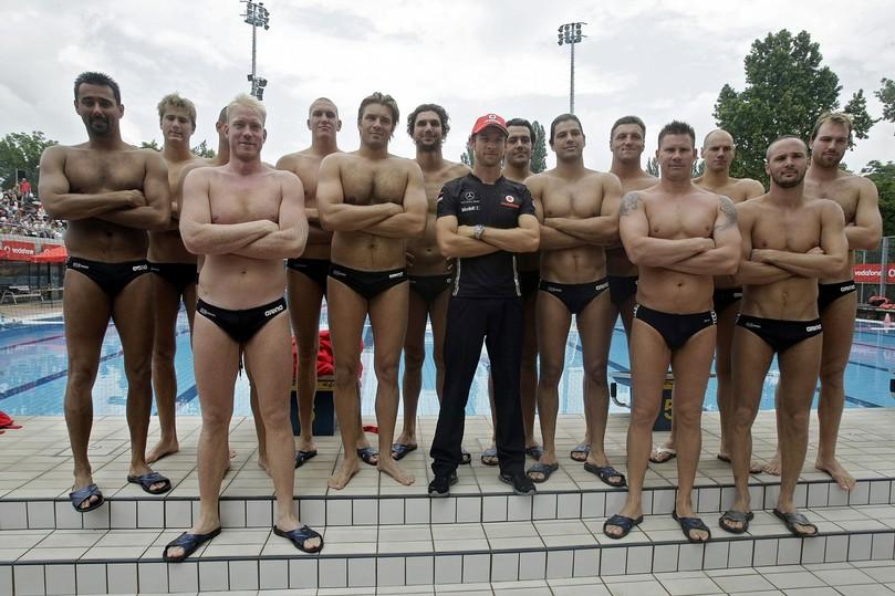 фото Дженсона Баттона в окружении венгерской национальной сборной по ватерполо в Будапеште