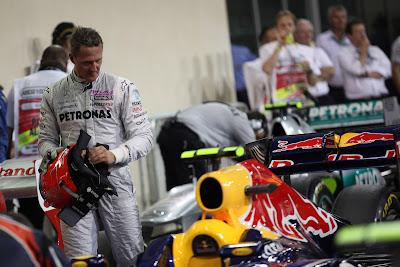 Михаэль Шумахер разглядывает болид Red Bull после квалификации на Гран-при Абу-Даби 2011
