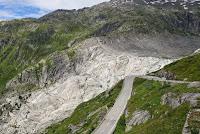 Furkapaß, Westrampe. Direkter Blick in die Geröllwanne des Rhonegletscher, der sich über die Jahrzehnte immer weiter zurückgezogen hat. Hier hat die Rhone ihren Ursprung, die nach über 800 km in Südfrankreich in der Camargue ins Mittelmeer mündet.