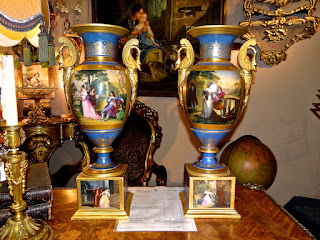 Две вазы 19-й век. Высота 54 см. 2500 евро.