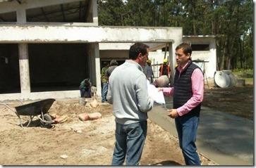 El intendente Juan Pablo de Jesúys recorriendo la obra del barrio El Tala