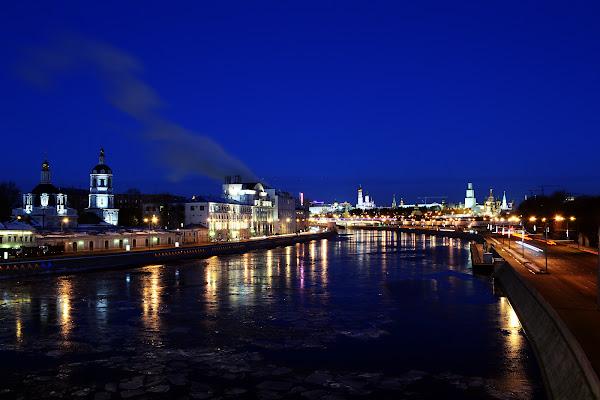 Слева - Раушская набережная, справа - Москворецкая москва