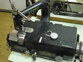 NIPPY製 革漉き機 革を一部薄くしたり、全体的に薄く漉いたり、これがないと始まらないくらい便利なものです。