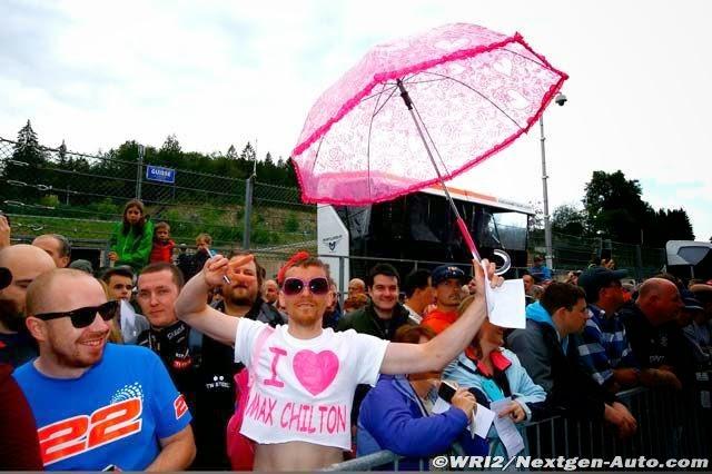 болельщик Макса Чилтона с розовым зонтиком на Гран-при Бельгии 2014