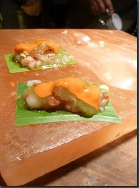 cebiche de carabinero y kiwi Zespri Sungold sobre roca de sal copia