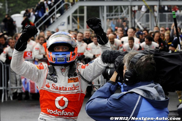 Дженсон Баттон радуется победе на Гран-при Канады 2011