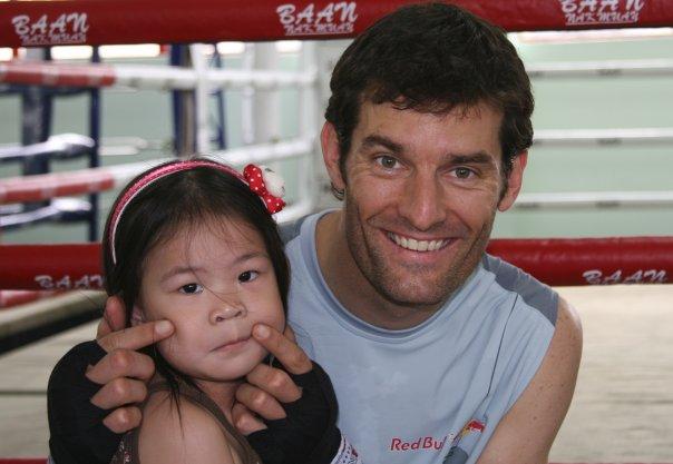 Марк Уэббер с девочкой на фоне ринга