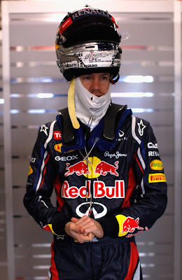 Себастьян Феттель со шлемом на голове на предсезонных тестах 2012 в Барселоне 22 февраля 2012