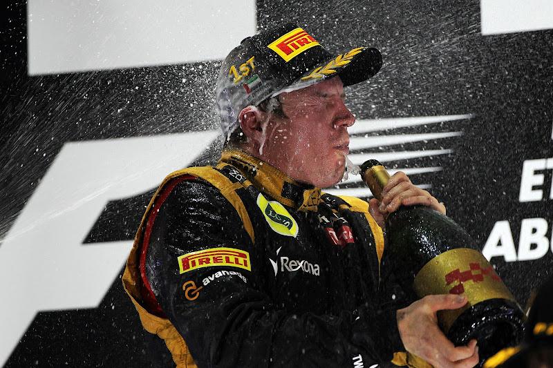 Кими Райкконен под атаками шампанского на подиуме Гран-при Абу-Даби 2012