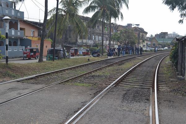 Железная дорога и тук-туки, Коломбо, Шри Ланка