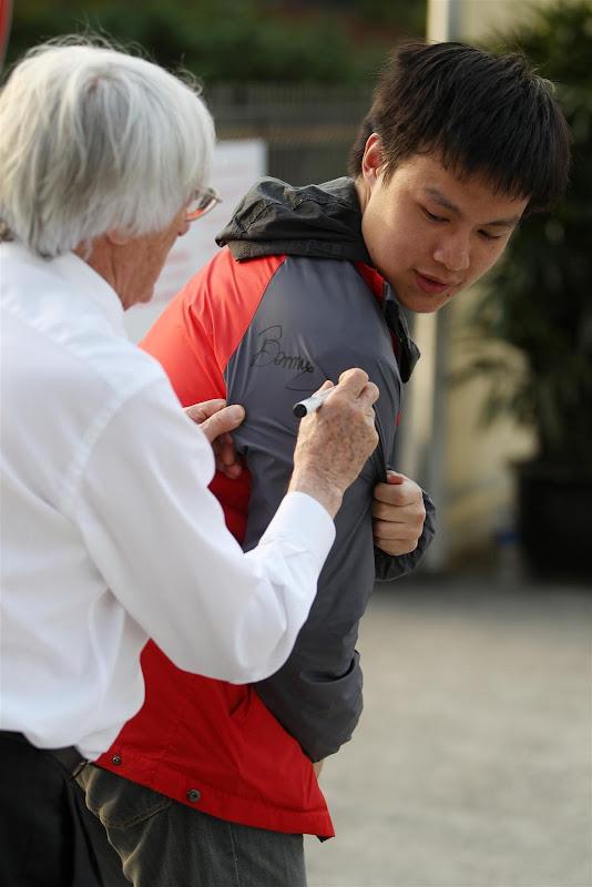 Берни Экклстоун ставит автограф на спине болельщика на Гран-при Китая 2013