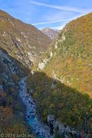 Von Anduins über Cerdevol Richtung Pozzis, Sella Chianzutan (954m) und Tolmezzo. Unten der noch schmale Fiume Arzino.