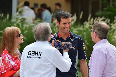 Марк Уэббер примеряет кепку Джеки Стюарта на Гран-при Бахрейна 2013