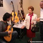 Toni Cotolí prueba una guitarra Esteve junto a Rosa Gil y Manuel Adalid, gerente de Guitarras Esteve
