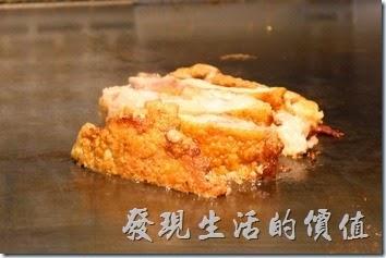 台南-椰如鐵板燒創意料理。雞腿肉在鐵板上慢慢的燒成了金黃色。