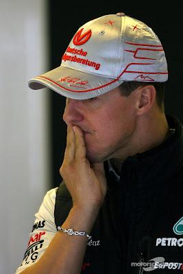 Михаэль Шумахер прикрывает свой рот рукой на Гран-при Венгрии 2011