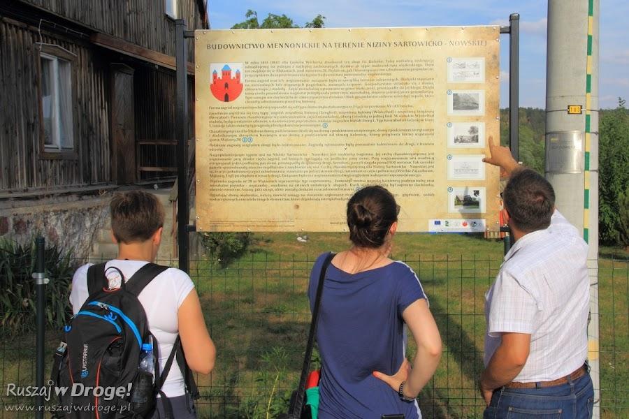 Tablica informacyjna przy domu pomennonickim w Mątawach
