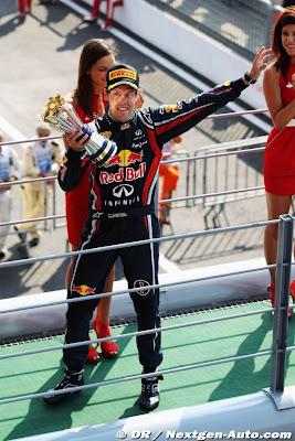 Себастьян Феттель с трофеем победителя в смешной позе на Гран-при Италии 2011