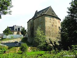 Asi 4 km na severozápad od národní přírodní rezervace SOOSse nachází obec Skalná. Místní románský hrad Vildštejn bylzaložen kolem roku 1200 a patří k nejstarším panským sídlůmv okolí Chebu. Dnešní podobu získal při přestavbách v 15. a 16.století. Hrad prošel v poslední době rekonstrukcí, nachází sezde dobová restaurace a archeologická expozice. Barokní Novýzámek v předhradí byl postaven v 18. století a v 19. stoletíupraven. Stejně jako hrad byl v tomto století zrekonstruován.