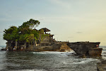 słynna świątynia Lonah Lot. dojść do niej można tylko podczas odpływu, a i tak wejście do środka zarezerwowane jest jedynie dla modlących się
