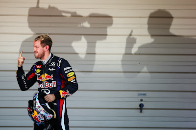 тень Себастьяна Феттеля с пальцем на Гран-при Японии 2013