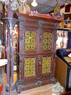 Книжный шкаф с витражами. 19-й век. 138/49/200 см. 3000 евро.