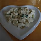 Wegetariańska sałatka: tofu, ogórek surowy i ogórek kiszony
