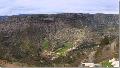 Un site grandiose : la  Vis a creusé son lit dans le calcaire des causses (Blandas et Larzac), formant ainsi de vastes méandres. Au fil du temps, l'érosion de la roche a permis à la rivière de couper au plus court, et d'abandonner son ancien lit.  Ainsi est né le Cirque de Navacelles.