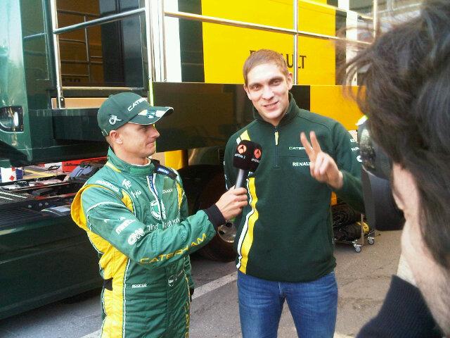 Хейкки Ковалайнен берет интервью у Виталия Петрова для испанских сми на предсезонных тестах 2012 в Барселоне