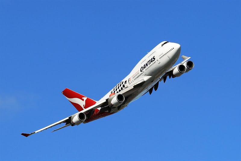 Boeing 747-400 авиакомпании Qantas над трассой Альберт-Парк на Гран-при Австралии 2012