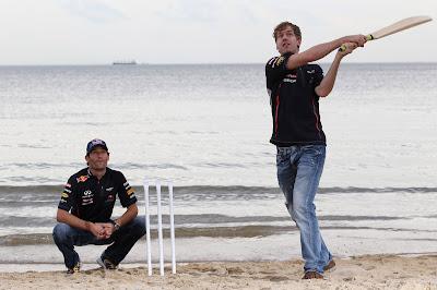 Себастьян Феттель и Марк Уэббер играют в крикет на пляже в Мельбурне перед Гран-при Австралии 2012